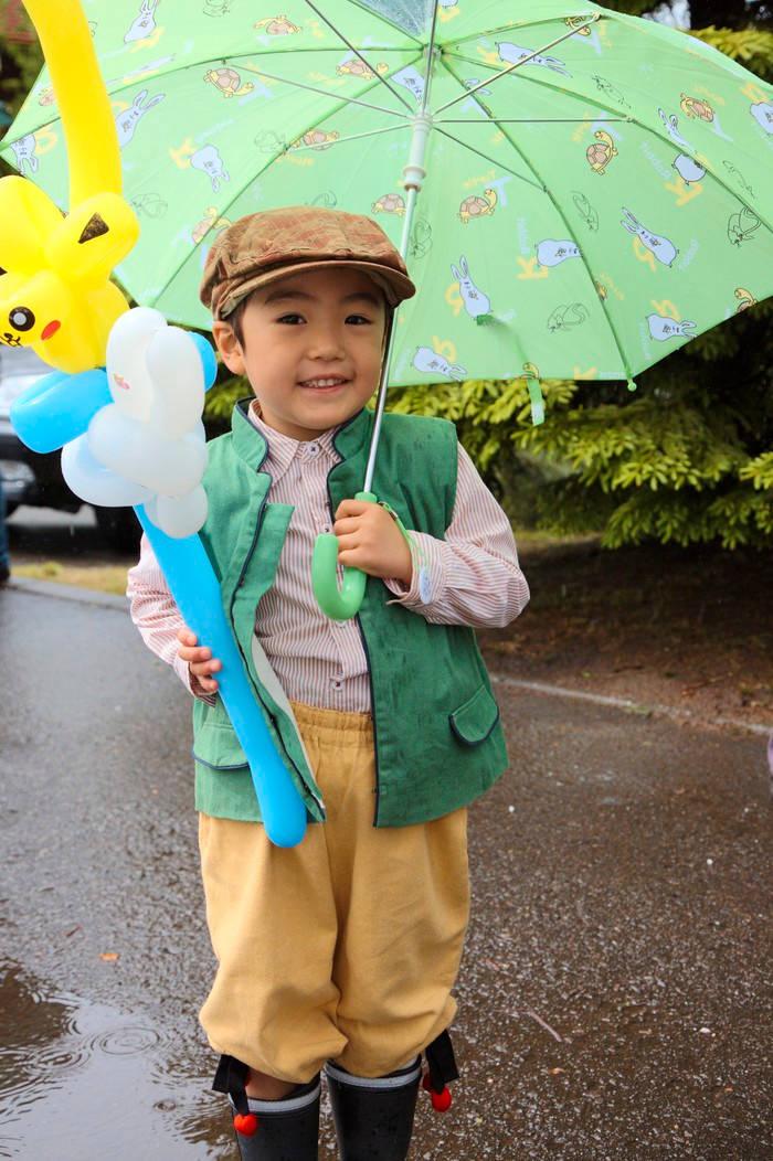 Midsommarklätt barn med paraply i Sweden Hills i Japan