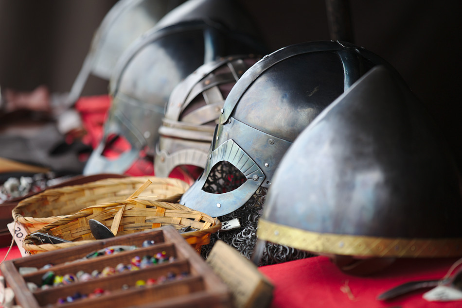 Vikingahjälmar vid vikingamarknad