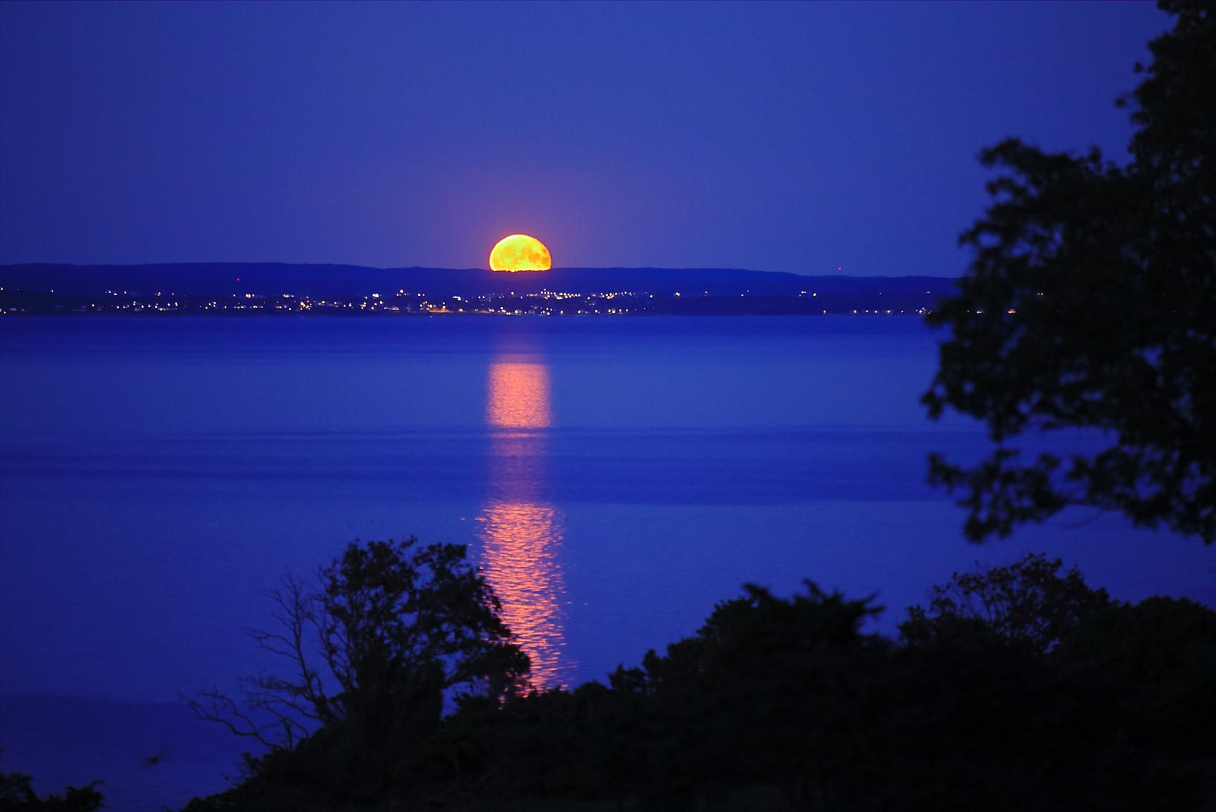 Månuppgång över Skälderviken och Ängelholm