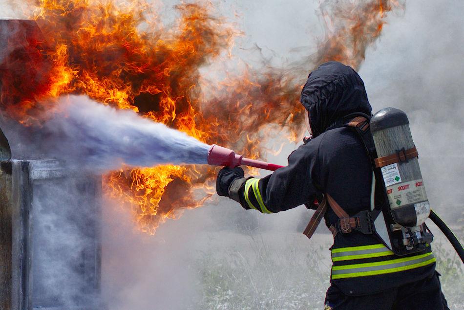 Brandman med pulverkula