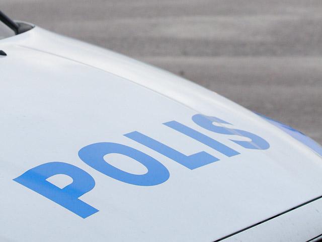Motorhuv med texten polis