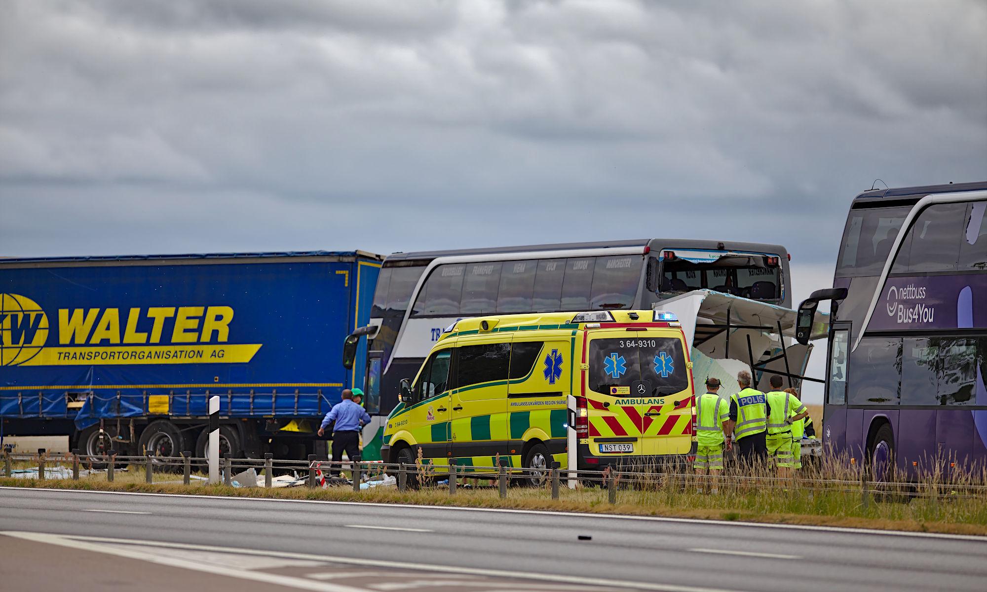 Trafikolycka på E6 mellan lastbil och buss