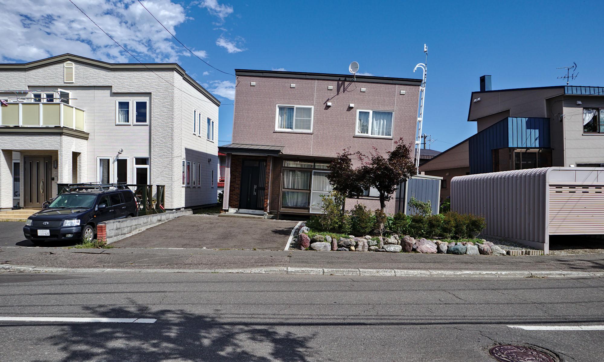 Lutande hus i Kiyota-ku 2018 efter jordbävning