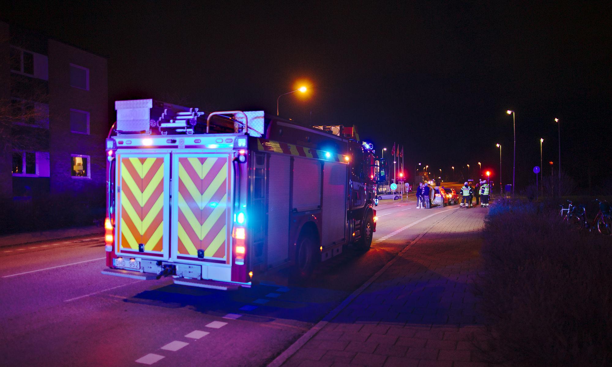 Brandbil under natten med trafikolycka framför