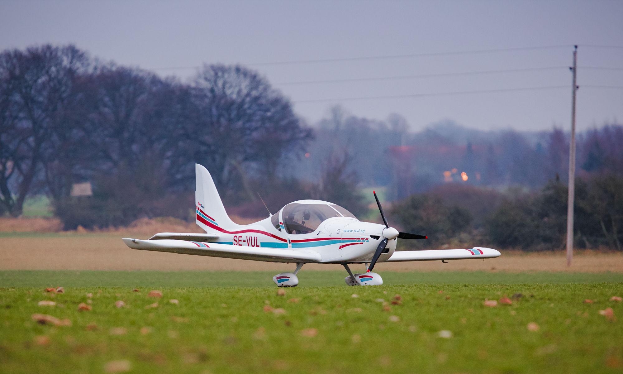 Ultralätt flygplan på åker efter nödlandning