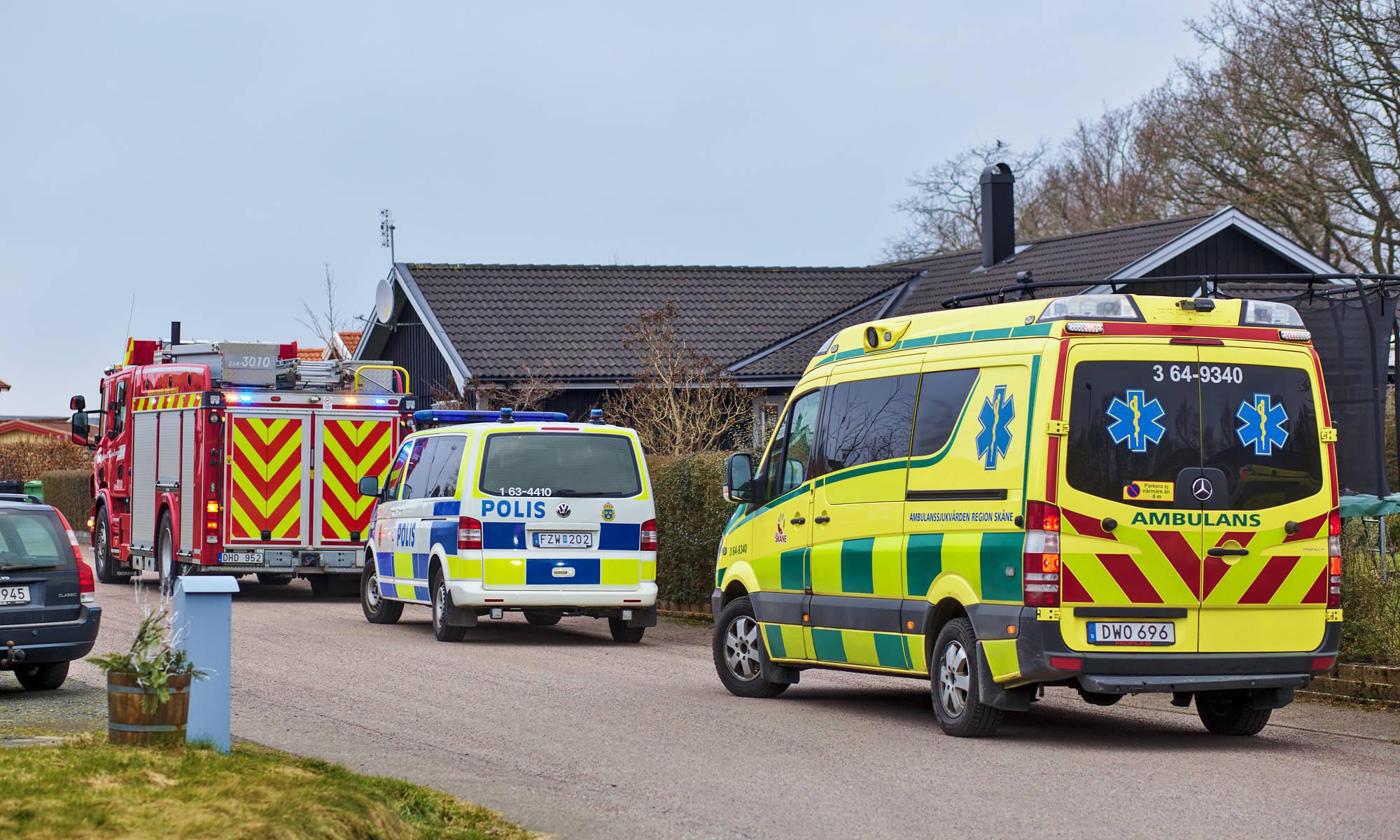 Polis, brandkår och ambulans på Karpgatan