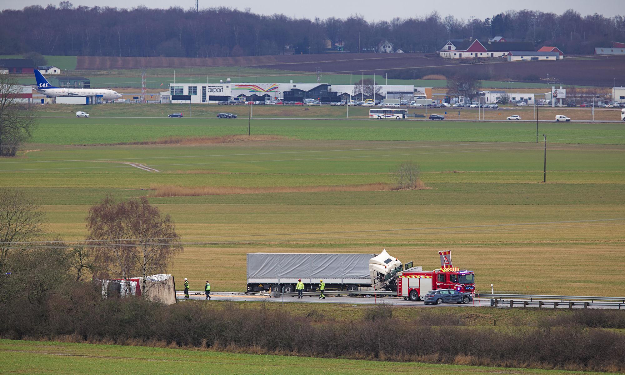 Lastbilsolycka med flygplats i bakgrund