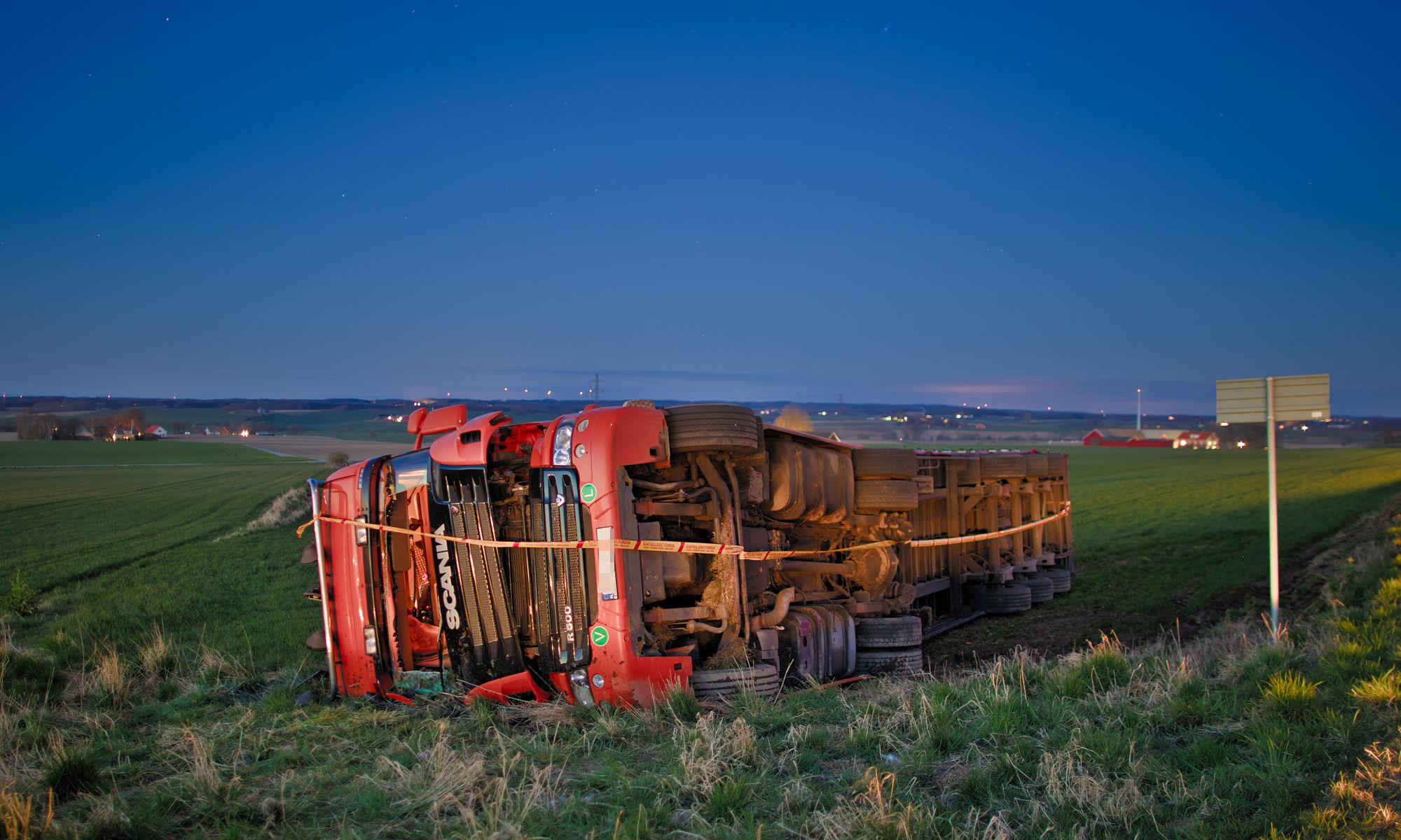Lastbil som vält i åker