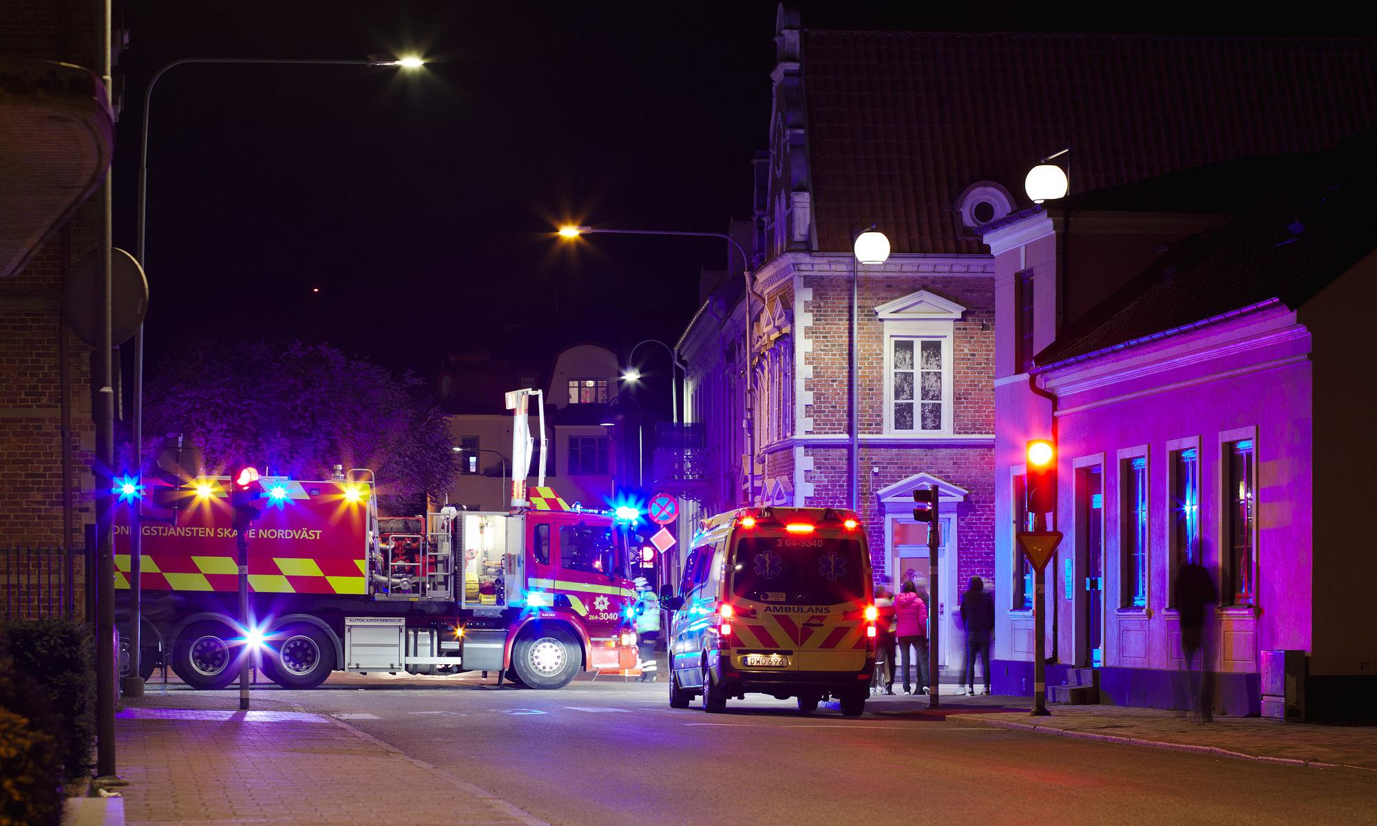 Räddningstjänst vid en mopedolycka en natt