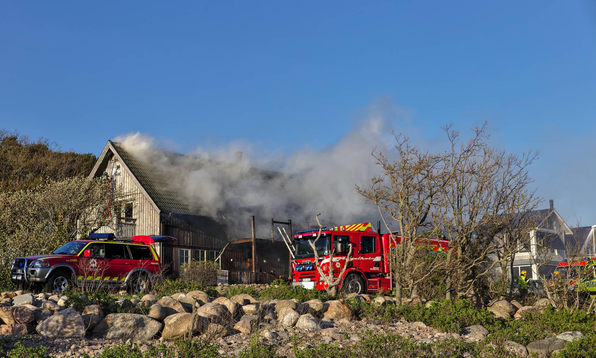Brandbilar framför en villabrand i Björkhagen