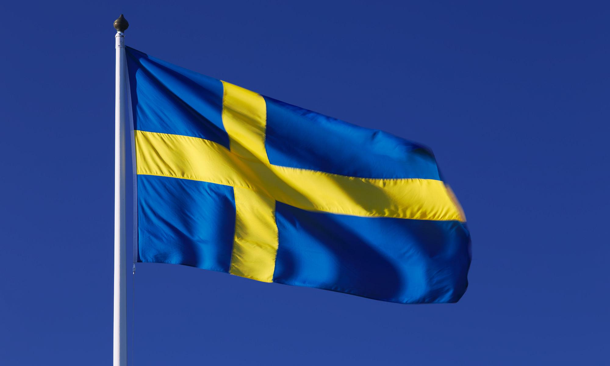 Svenska flaggan med mörkblå himmel