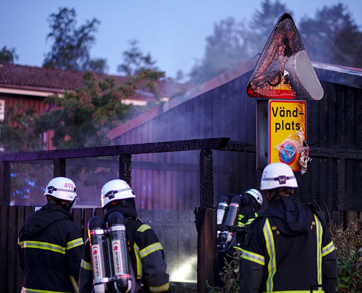 Brandmän på Irisgatan vid en brand i ett soprum