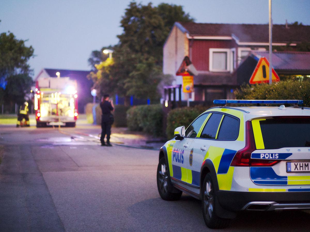 Poliskvinna fotograferar soprumsbrand på Irisgatan i Ängelholm