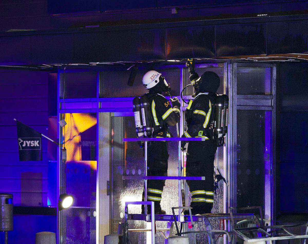 Två brandmän vid brandhärjade Jysk i Ängelholm