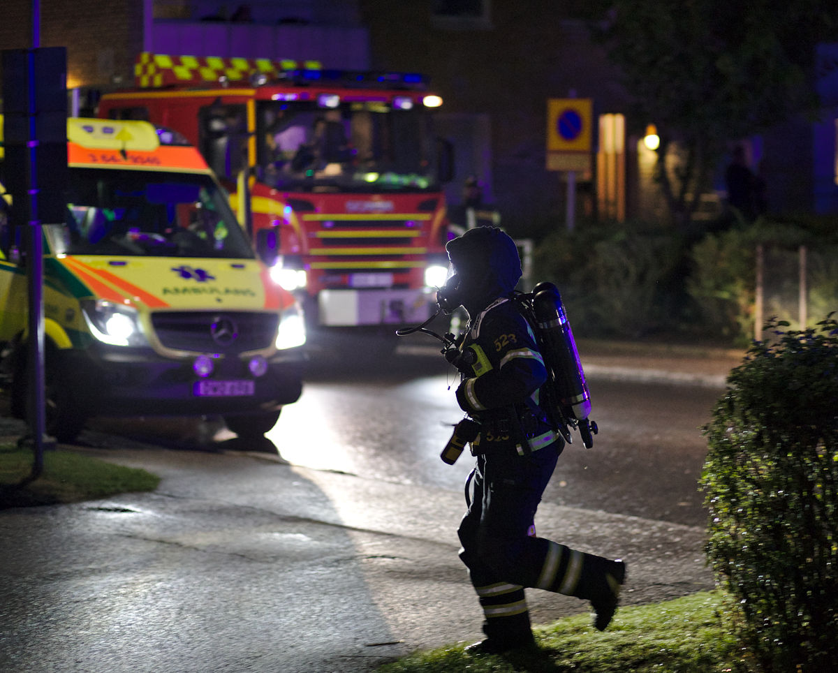 Rökdykare framför brandbil och ambulans