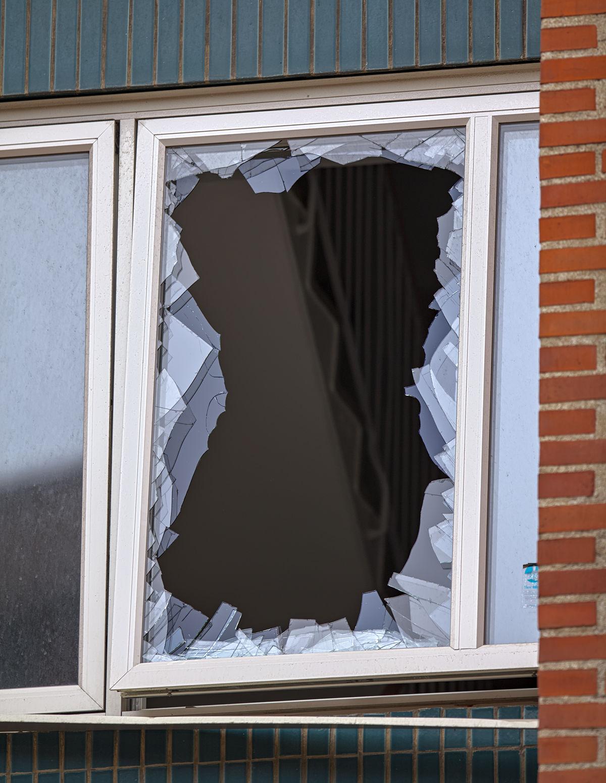 Krossat fönster efter explosion på Östergatan i Ängelholm