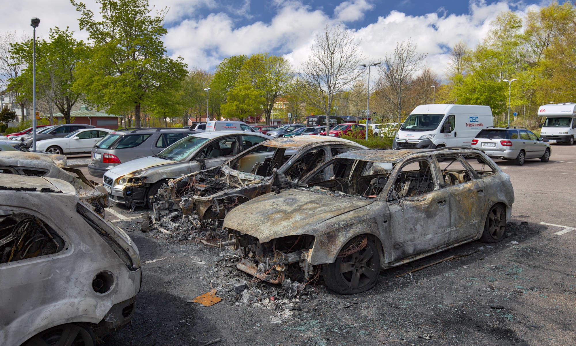 Bilar förstörda i Halmstad efter bilbrand.