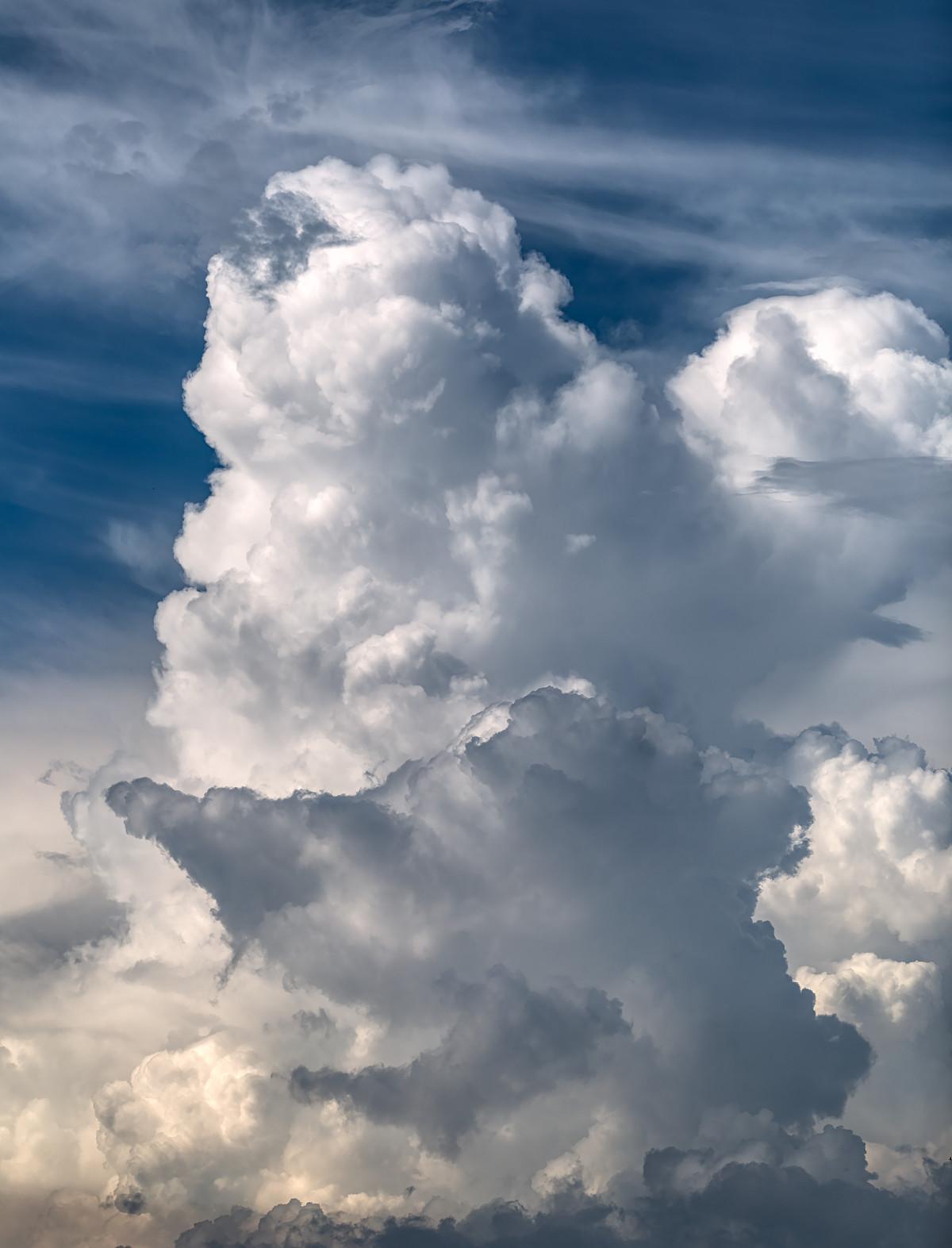 Moln som tornar upp sig över himlen