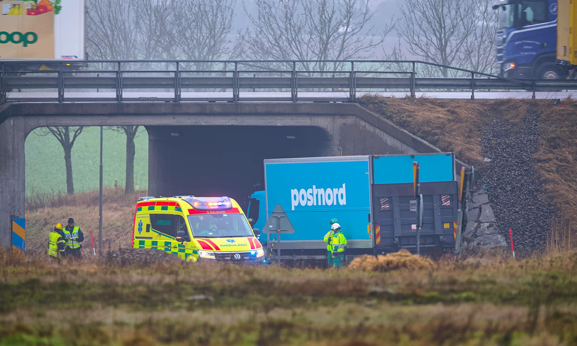 Postnords lastbil körde in i viadukt i Ängelholm