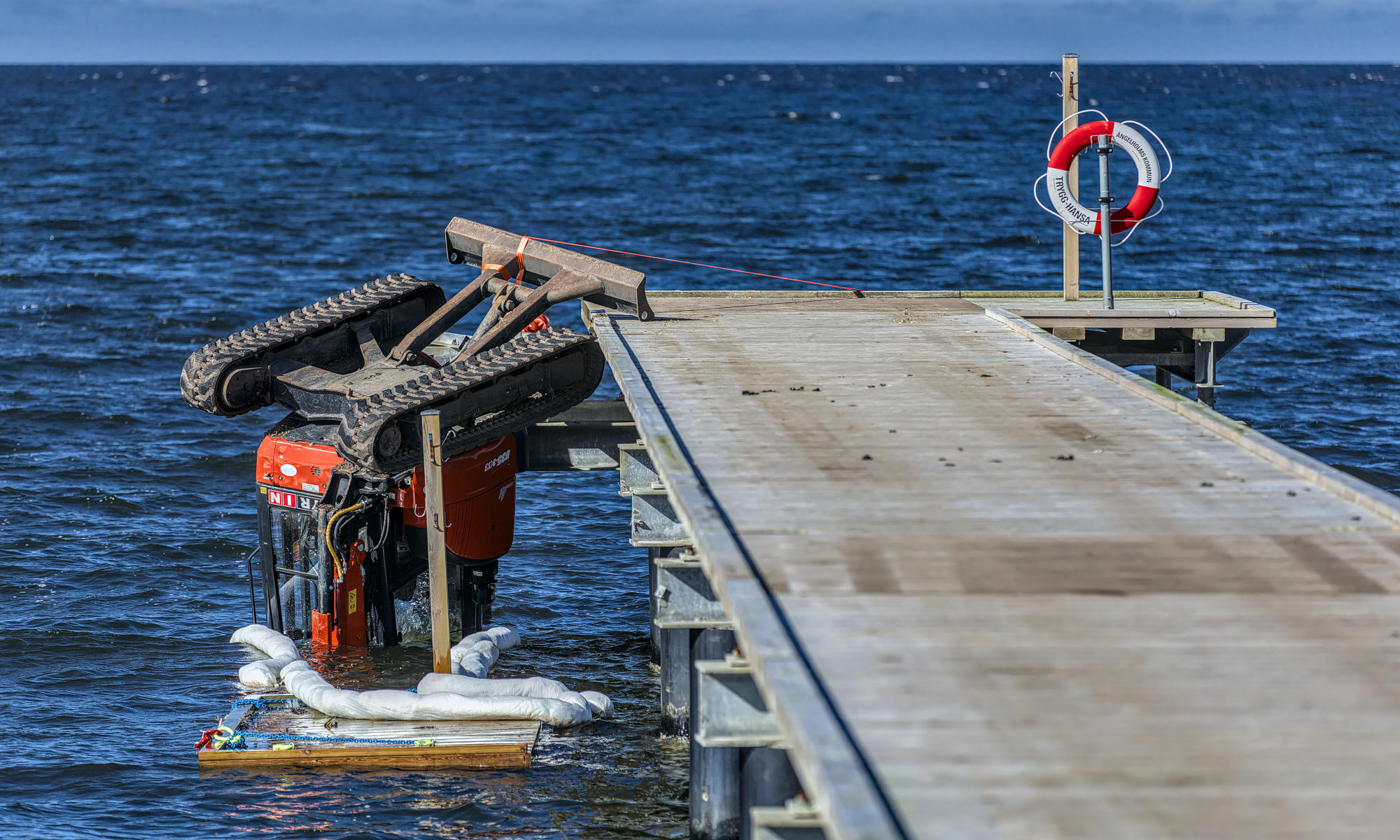 Grävare föll i havet vid Klitterhus